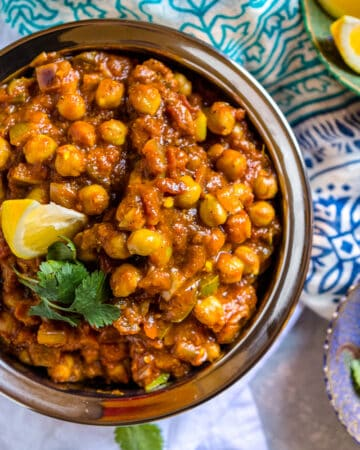 overhead image: bowl of chickpea curry